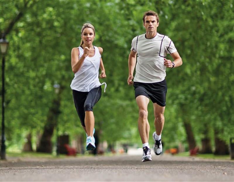 Luyện tập máy chạy bộ có to chân không?