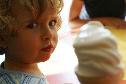 bé ăn kem tươi từ máy làm kem
