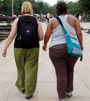 phụ nữ béo phì đi bộ